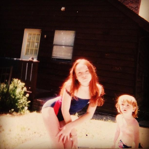 Um throwback ao lado da irmã famosa (Foto: Reprodução/Instagram)