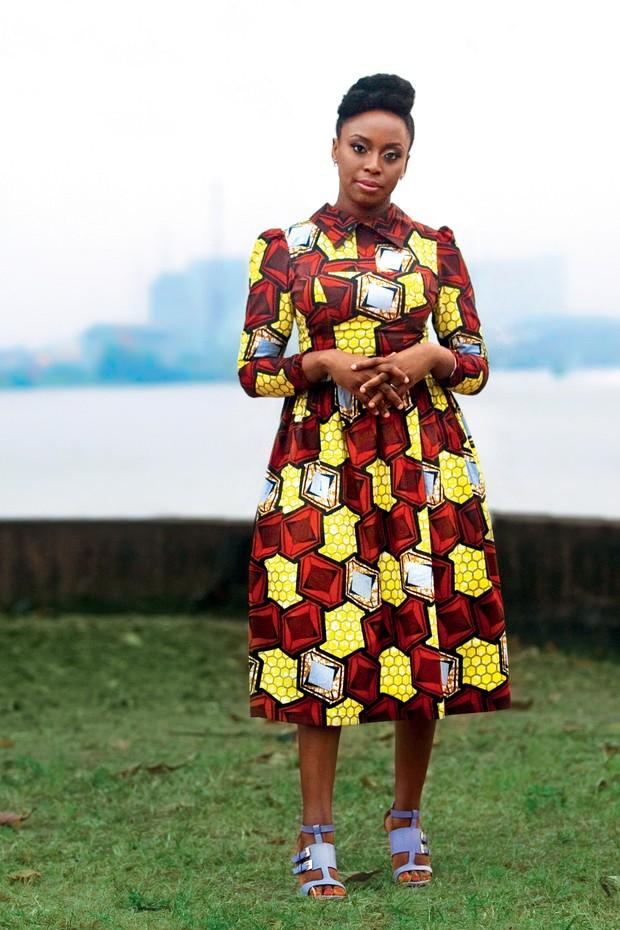 Chimamanda em frente à Lagoa de Lagos, na cidade nigeriana homônima, com vestido criado por ela. Na página ao lado, a escritora quando criança (Foto: Akintunde Akinleye e Divulgação)