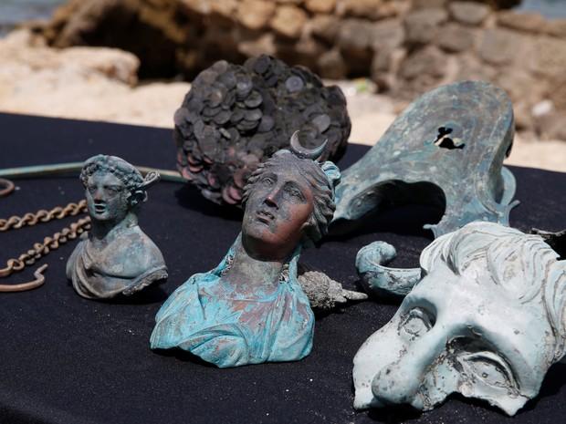 Peças de cerca de 1,6 mil anos encontradas em um navio mercante que naufragou próximo do antigo porto da Cesarea, em Israel (Foto: Baz Ratner/Reuters)