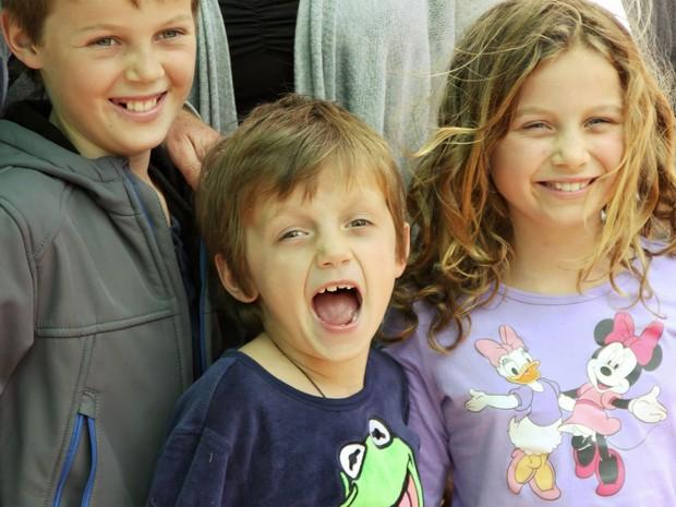 Mo Maslin, de 12 anos, o irmão Otis, de 8, e a irmã Evie, de 10, voltavam para casa, na Austrália, depois de férias na Europa com os pais. Eles eram acompanhados pelo avô, Nick Norris, mas os pais ficaram na Europa para aproveitar o fim das férias, enquan (Foto: Reprodução/Facebook/Rin Norris)