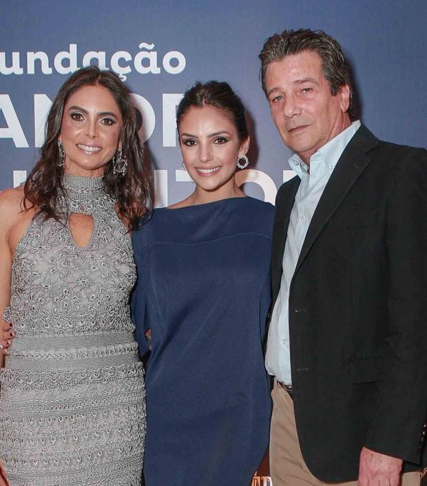 Carol Celico com os pais, Rosangela Lyra e Celso Celico (Foto: Raphael Castello/AgNews)