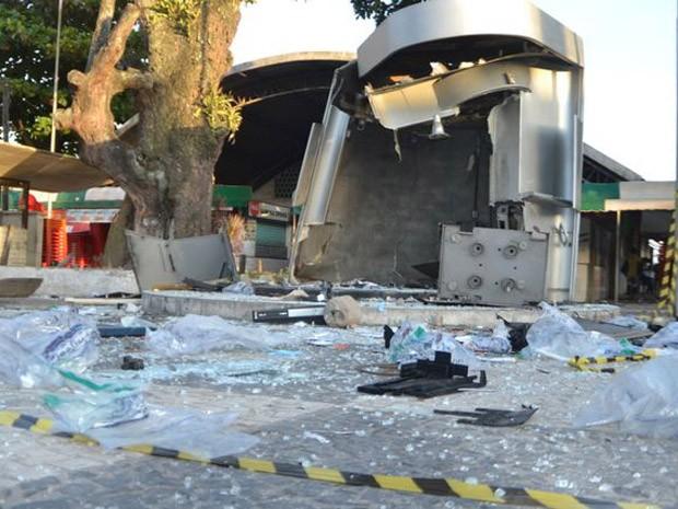Grupo explode caixa eletrônico localizado ao lado de módulo da PM (Foto: Ed Santos/Acorda Cidade)