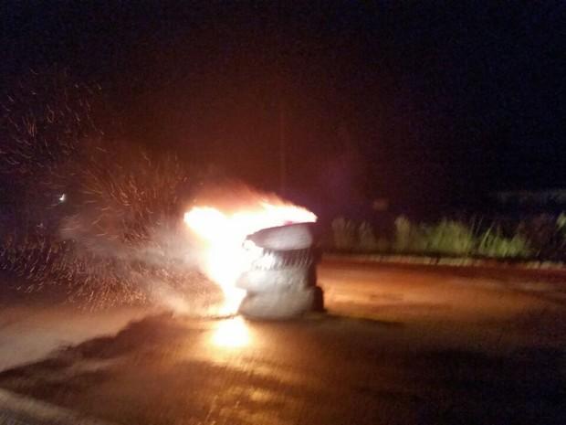 Colocaram fogo em 04 pneus de caminhão empilhados na BR-116 (Foto: Divulgação/PRF)