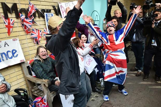 É gol? Fãs comemoram nascimento da filha de Kate Middleton e Príncipe William (Foto: AFP)
