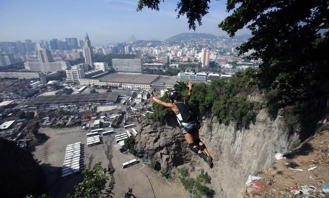 Julia Botelho saltando do Morro da Providência