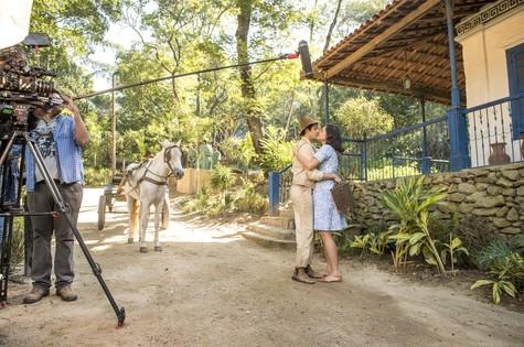 Sérgio Guizé e Débora Nascimento gravam cena de 'Êta mundo bom!' (Foto:  Globo/ João Cotta)