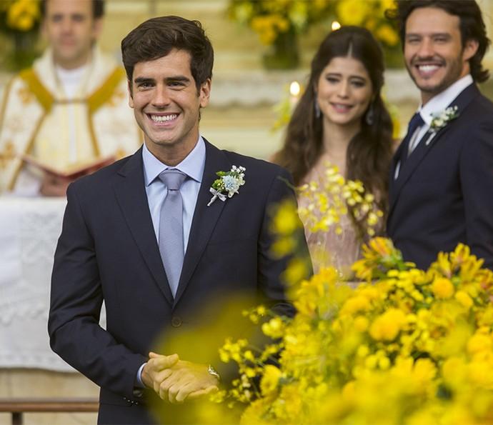 O noivo não consegue segurar as lágrimas e o sorriso ao ver sua princesa vestida de noiva (Foto: Artur Meninea/Gshow)