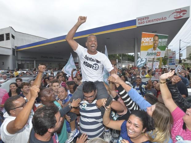 Juninho é levado nos braços dos povo, em Cariacica (Foto: Bernardo Coutinho/ A Gazeta)