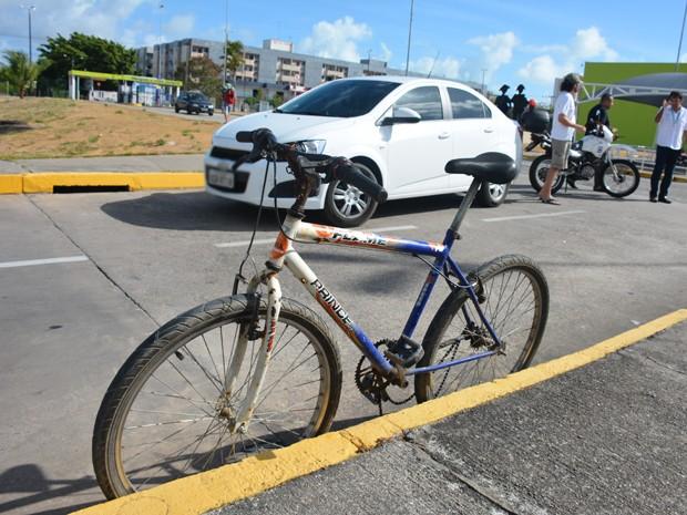 Um ciclista foi atropelado na manhã deste sábado (29) dentro do estacionamento de um supermercado localizado às margens da BR-230, no bairro do Bessa, em João Pessoa. A ocorrência foi atendida por uma equipe do Resgate do Corpo de Bombeiros (Foto: Walter Paparazzo/G1)
