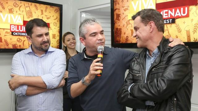 Jefferson Douglas, coordenador da RBS TV Blumenau, Delton Batista, diretor de Comercialização, Marketing e Operações da RBS TV, e Anselmo Prada, gerente de programação da RBS TV (Foto: RBS TV/Divulgação)