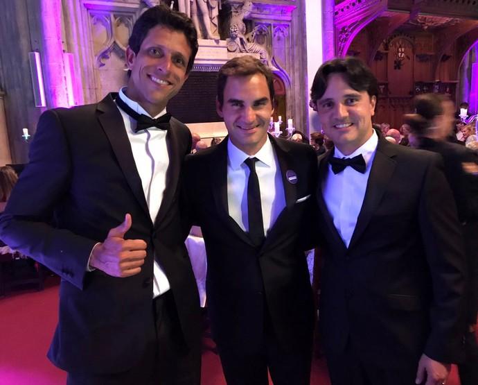 Marcelo Melo com Roger Federer e o amigo Lucas Couto (Foto: Divulgação)