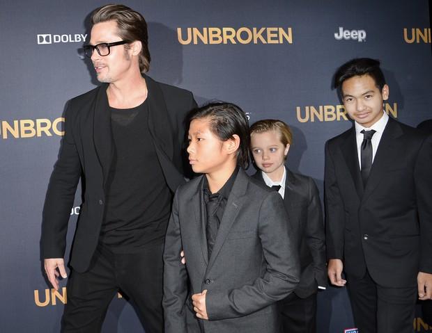 Brad Pitt e os filhos Pax, Shiloh e Maddox em première de filme em Los Angeles, nos Estados Unidos (Foto: Robyn Beck/ AFP)