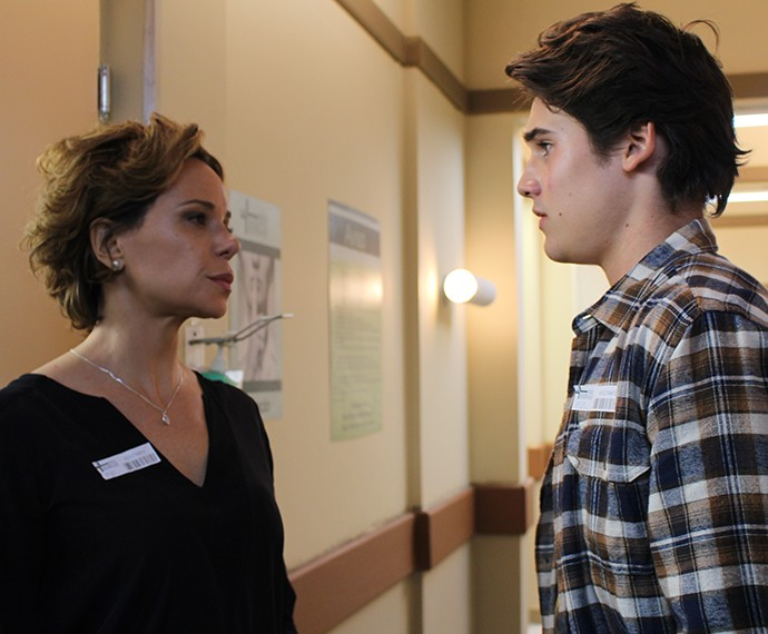 Ana conta a Rodrigo como foi a operação de Ciça (Foto: Thaís Dias/Gshow)