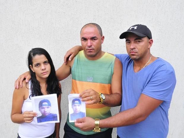 Família de desaparecido em navio-plataforma cobra informações sobre buscas, no Espírito Santo (Foto: Guilherme Ferrari/ A Gazeta)