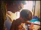 Dira Paes mostra filho fazendo dever de casa com a avó: 'Mais divertido'