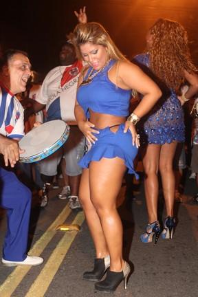 Yani de Simone, a Mulher Filé, na quadra da escola de samba Pérola Negra, em São Paulo (Foto: Leo Franco/ Ag. News)