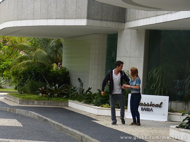 Ben consegue chegar até a portaria, mas tem que fugir do segurança (Foto: Malhação / TV Globo)