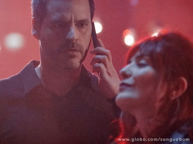 Verônica dança tranquila e Natan não entende nada (Foto: Sangue Bom/TV Globo)