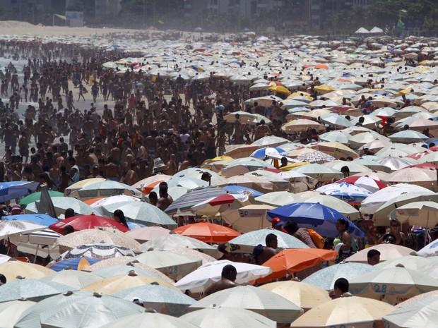 Praia de Ipanema, no Rio de Janeiro, lotada no feriado de Natal (Foto: Custodio Coimbra/ Ag. O Globo)