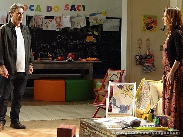 Irene fica passada ao saber que Bárbara voltou para a mansão (Foto: Sangue Bom/TV Globo)