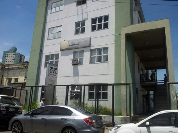 Suspeitos de matar universitária foram levados para Pouso Alegre (Foto: Daniela Ayres/G1)