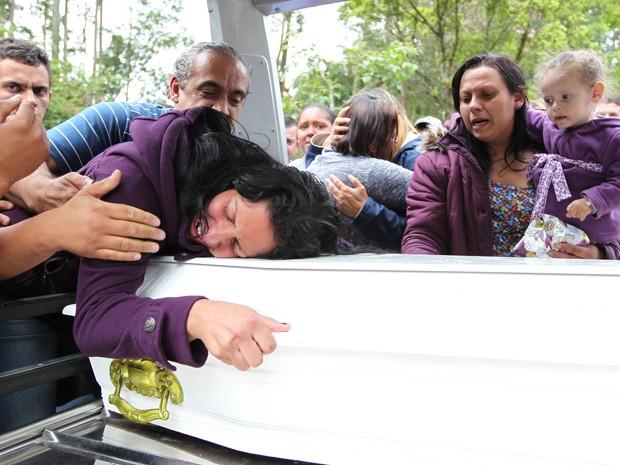 Corpo de menino foi enterrado na tarde desta sexta-feira (Foto: Tiago Queiroz/ Estadão Conteúdo)