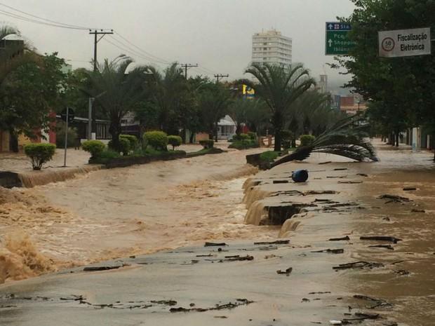 Chuva destruiu avenida e complicou trânsito em São Roque (Foto: Lo-ruama Teixeira/Arquivo Pessoal)