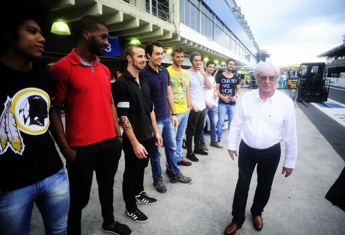 Bernie ao lado dos modelos do grid do GP do Brasil (Foto: Marcos Ribolli)