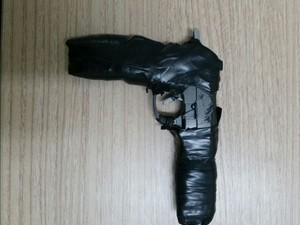 Pai usa arma de brinquedo para ameaçar filha em escola (Foto: Divulgação/PM)