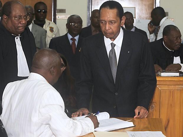 Duvalier apareceu no tribunal nesta quinta-feira (28) para uma audiência para determinar se ele pode ser acusado de crimes contra a humanidade (Foto: AFP PHOTO / Thony Belizaire.)