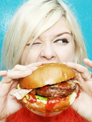 EuAtleta - mulher comendo (Foto: Getty Images)