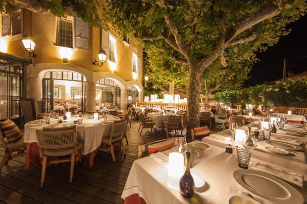 Área externa do restaurante Rivea, do chef Alain Ducasse, localizado no hotel (Foto: Divulgação)