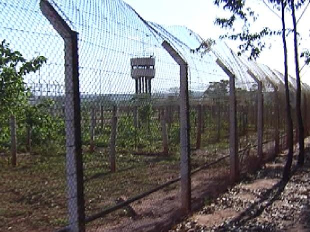 Alambrado do CPP tem vários remendos por causa das tentativas de fuga (Foto: Reprodução/TV Tem)