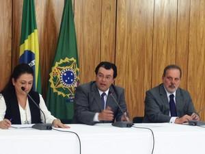 Ministro Eduardo Braga (no centro) em entrevista sobre aumento do etanol na gasolina (Foto: Filipe Matoso/G1)