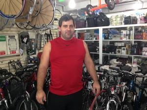 Márcio Luciano viu comércio de bicicletas crescer após implantação de ciclofaixa (Foto: Caio Prestes/G1)