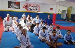 Alunos de projeto que ensina jiu-jítsu posam com seus instrutores (Foto: Leandro Beinroth/Arquivo pessoal)