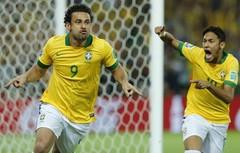Fred comemora após marcar o primeiro gol do Brasil (Foto: AP Photo/Victor R. Caivano)