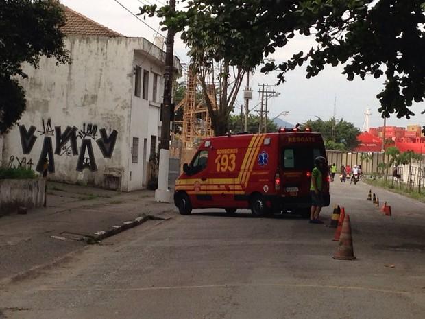 Equipes do Samu foram chamadas para auxiliar os bombeiros em Santos (Foto: Alexandre Lopes / G1)