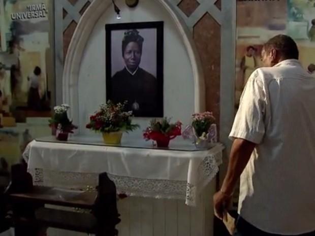 Devotos foram prestar suas homenagens à Santa Bakhita (Foto: Reprodução / TV Tribuna)