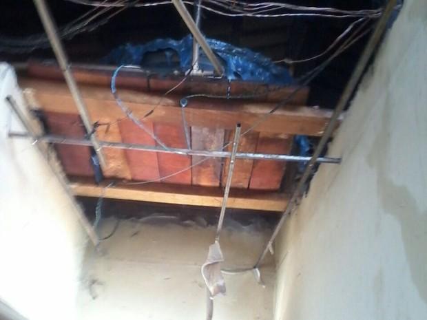 Caixa dágua derreteu durante incêndio em uma casa em Gurupi (Foto: Sargento Andrade/Corpo de Bombeiros)