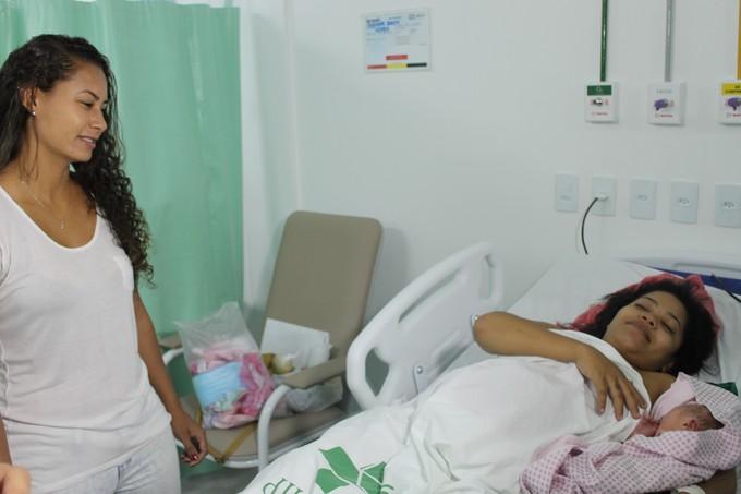 Carol Baiana em visita ao Hospital Dom Malan em Petrolina  (Foto: Magda Lomeu)