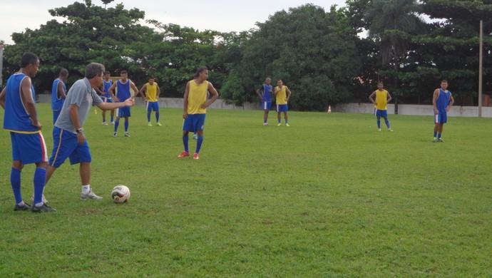 O técnico Uidemar orienta jopadores do Interporto (Foto: Vilma Nascimento/GloboEsporte.com)