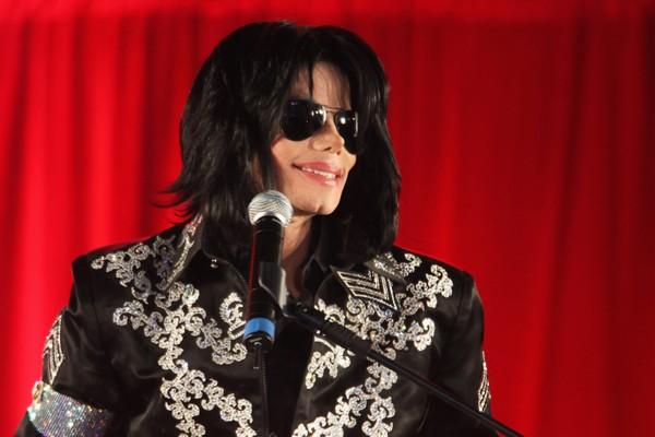 Michael Jackson: O Rei do Pop faturou mais de um bilhão de dólares em sua carreira, mas gastou entre 20 e 30 milhões de dólares a mais do que ganhava anualmente. Em 2005, quando foi acusado de abuso infantil, precisou gastar ainda mais para se defender le (Foto: Getty Images)