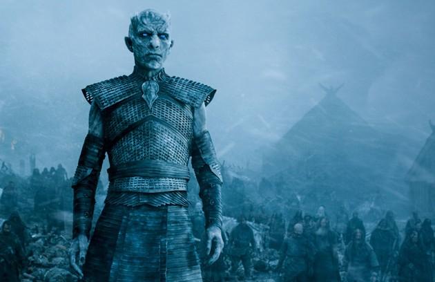 Os White Walkers seriam vítimas. Eles só teriam começado a ir para o Norte por causa da quebra de um pacto antigo, que dizia que os humanos nunca mais usariam a magia do fogo. Lembrando: eles só começaram a andar após o nascimento dos dragões de Daenerys (Foto: HBO)