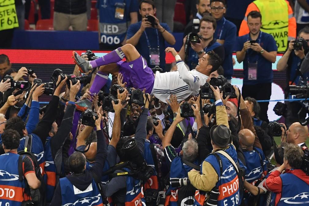 No dia que chegou aos 600 gols na carreira, Cristiano Ronaldo é exaltado pelos companheiros ainda no gramado (Foto: AFP)