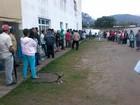 Moradores madrugam em busca de vaga para consulta no AME de Peruíbe