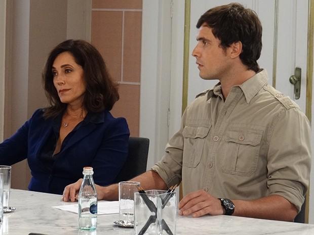 Caíque e Maria Inês revelam para Marcos que ele não manda mais no hospital (Foto: Gabriela Duarte/Gshow)