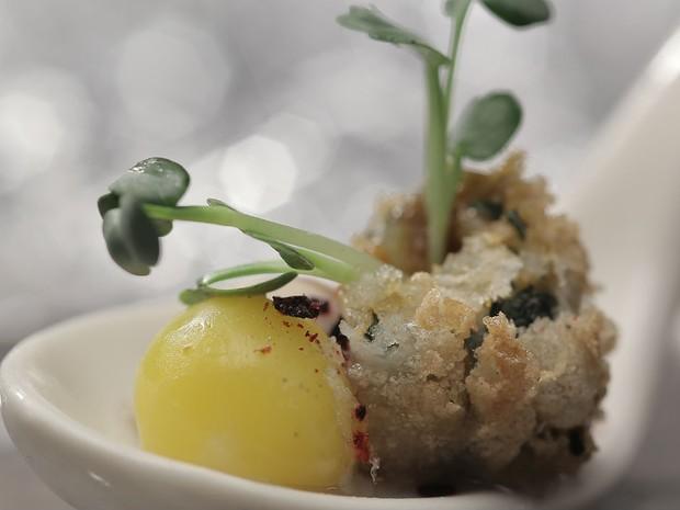 Ostra com gema de ovo de codorna, ourio e molho dashi (Foto: Divulgao/Tricia Vieira)