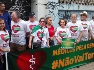 Grupo de médicos na concentração do protesto na Praça da Bandeira (Foto: Andre Teixeira/G1)