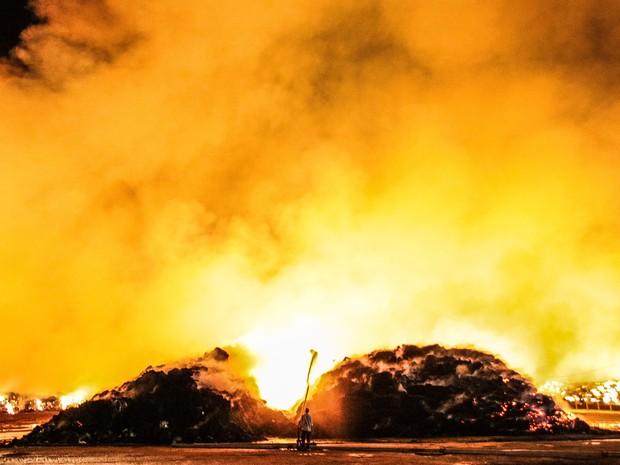 Incêndio atinge estoque de palha de cana em São Miguel dos Campos (Foto: Jonathan Lins/G1)